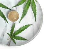 有碗的板材大麻化妆水和叶子 库存图片