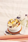 有碗的盘子谷物和果子 库存照片