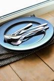 有碗筷的黑色的盘子 免版税库存图片