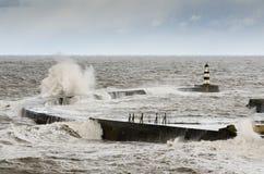 有碰撞的波浪的Seaham港口 库存照片