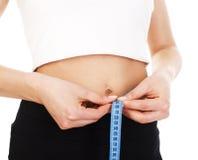 有磁带的妇女测量的腰部在结身体局部宏指令 免版税库存照片