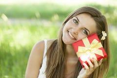 有礼品的女孩在公园 库存图片