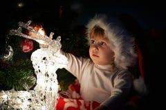 有礼品的小女孩在圣诞节或新年度 免版税库存图片