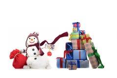 有礼品的愉快的雪人 免版税图库摄影