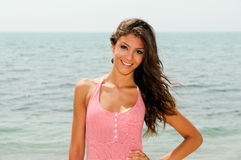 有礼服的美丽的妇女在一个热带海滩 免版税库存照片