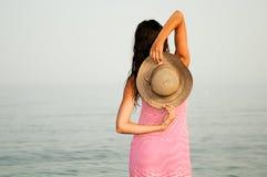 有礼服的美丽的妇女在一个热带海滩 免版税库存图片