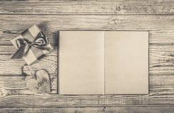 有礼物、心脏和一本开放日志的一个箱子 浪漫概念 单色 库存照片
