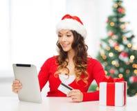 有礼物、片剂个人计算机和信用卡的妇女 图库摄影