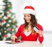 有礼物、片剂个人计算机和信用卡的妇女 免版税图库摄影