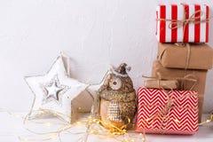 有礼物、装饰猫头鹰和s的五颜六色的被包裹的礼物盒 免版税图库摄影