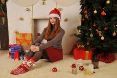 有礼物包裹的圣诞节妇女 免版税库存图片
