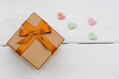 有礼物和一些一点心脏的箱子 库存图片