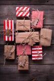 有礼物和木玩具的欢乐礼物盒 免版税库存照片