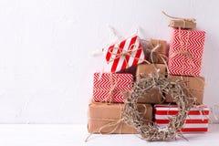 有礼物和装饰花圈的五颜六色的被包裹的礼物盒 免版税图库摄影