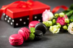 有礼物和macarons的箱子 免版税库存照片