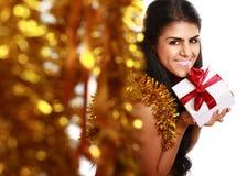 有礼物圣诞节的美丽的女孩装饰 免版税库存照片