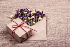 有礼物的一个箱子和与干花的一个信封 库存图片