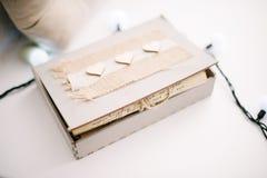 有礼物的一个纸板箱在桌上 图库摄影