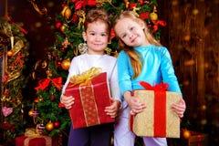 有礼物的兄弟姐妹 免版税库存照片