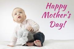 有礼物的可爱的男婴 明信片为母亲节 坐与礼物的逗人喜爱的婴儿男孩 库存照片