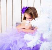 有礼物的哀伤的小女孩 免版税库存照片
