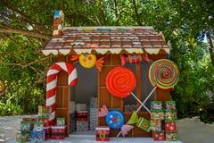 有礼物的圣诞节房子在热带海岛 库存图片