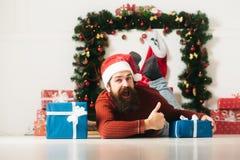 有礼物的圣诞节有胡子的人 免版税库存照片
