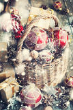 有礼物的圣诞节玩具在篮子 拉长的雪 库存照片
