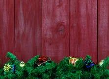 有礼物的圣诞节诗歌选由空白的古色古香的红色木背景 免版税图库摄影