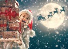 有礼物的女孩在圣诞节 库存照片