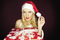 有礼物的嬉戏的圣诞节女孩 免版税库存照片