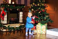 有礼物的小女孩在圣诞节 免版税库存图片