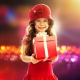 有礼物的小女孩 免版税图库摄影
