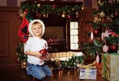 有礼物的小男孩在圣诞节 图库摄影