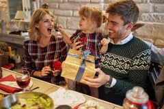 有礼物的幸福家庭庆祝圣诞节假日 库存照片