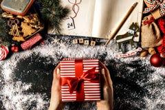 有礼物的庄稼手圣诞节的 免版税库存图片