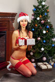 有礼物的愉快的圣诞老人女孩 库存图片