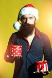 有礼物的新年人 免版税库存图片