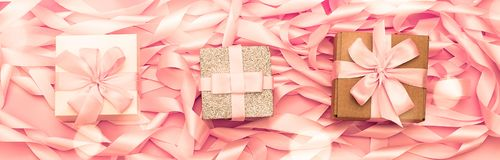 有礼物的横幅三箱子在桃红色颜色装饰缎丝带的革命的背景  免版税库存图片