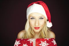 有礼物的白肤金发的圣诞节女孩 免版税库存图片
