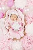 有礼物的睡觉的女婴,婴儿生日 免版税库存图片