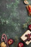 有礼物的箱子圣诞节和假日各种各样的属性的  图库摄影