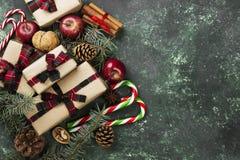 有礼物的箱子圣诞节和假日各种各样的属性的  免版税库存图片