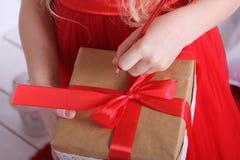 有礼物的箱子栓与红色丝带 免版税库存照片