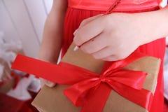 有礼物的箱子栓与红色丝带 免版税库存图片