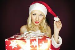有礼物的美丽的白肤金发的圣诞节女孩 免版税库存照片