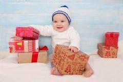 有礼物的美丽的矮小的婴孩 免版税库存照片