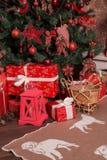有礼物的许多箱子在圣诞树下 库存照片