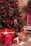 有礼物的许多箱子在圣诞树下 免版税图库摄影