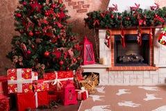 有礼物的许多箱子在圣诞树下 库存图片